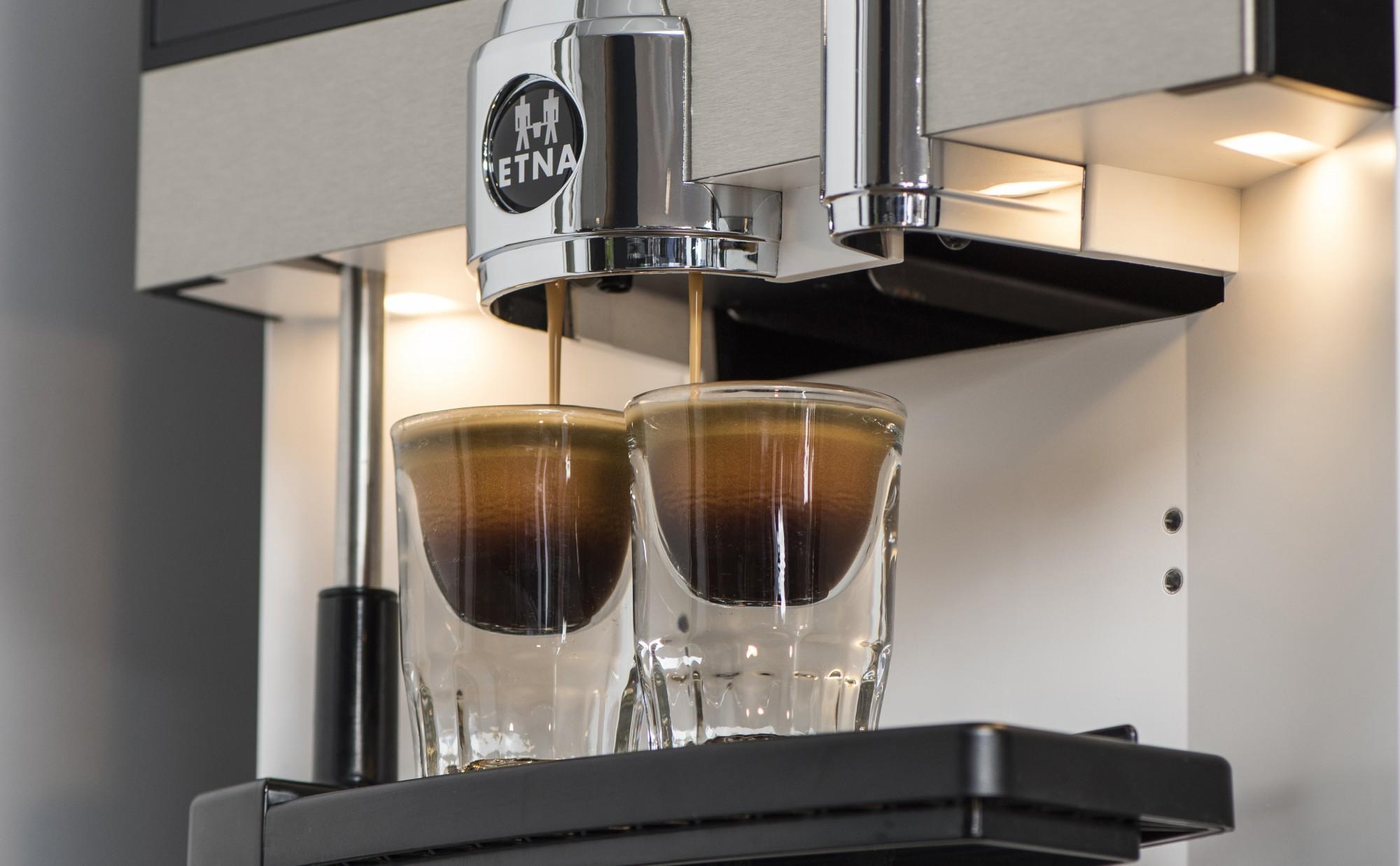 Twee espresso met een druk op de knop