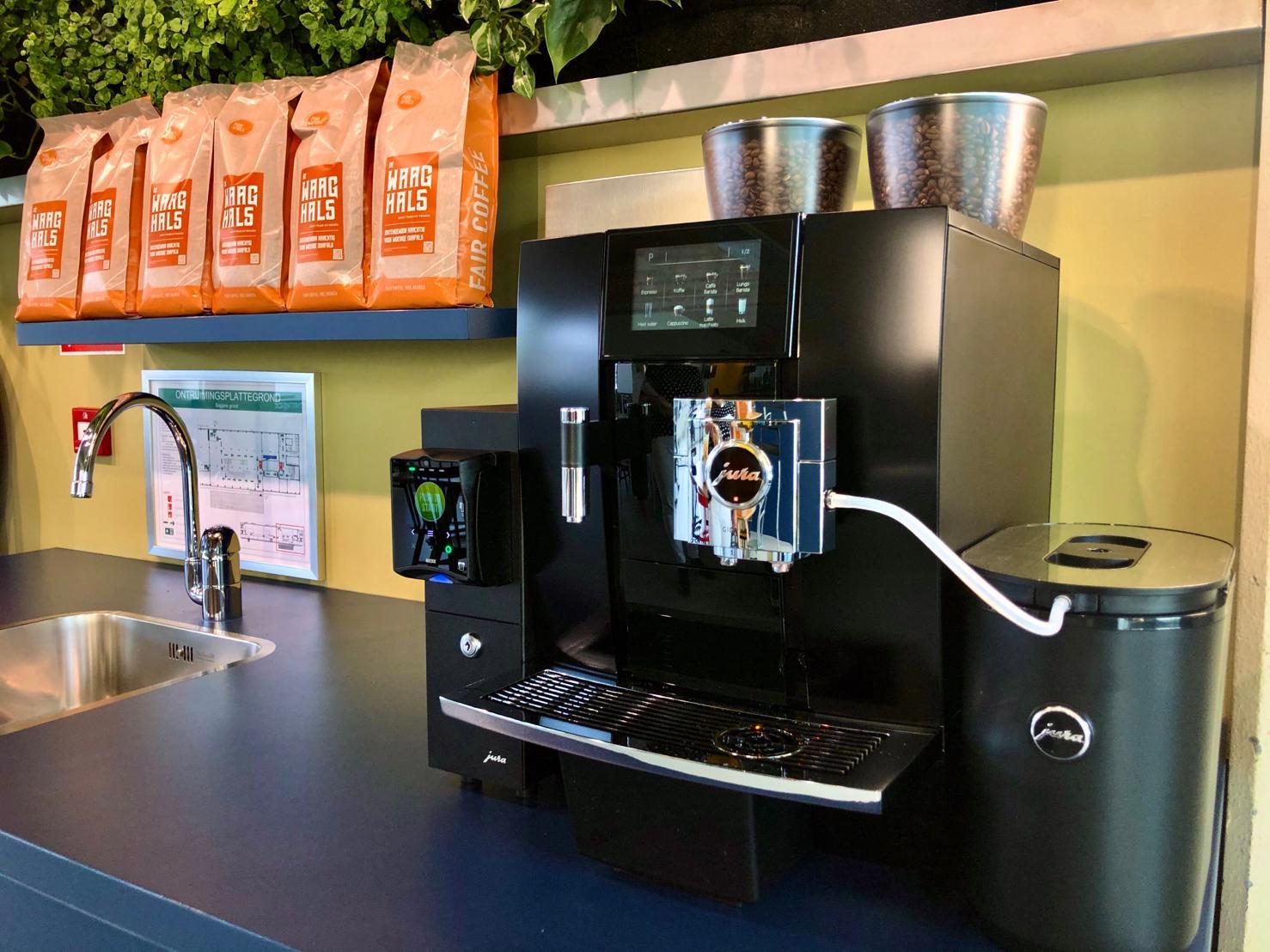 Machine en koffie op kantoor