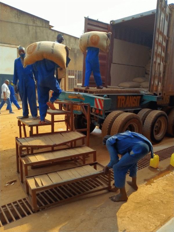 Container koffie wordt geladen